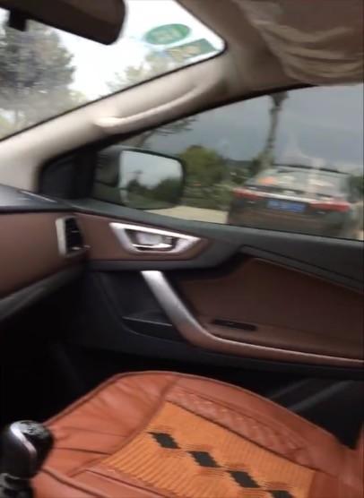 开车的时候拍副驾方向,原谅这张照片的AV画质